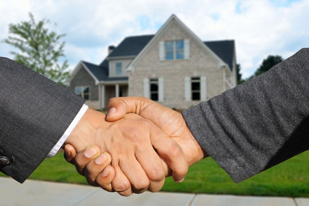 client and home inspector shaking hands after a successful home inspection report